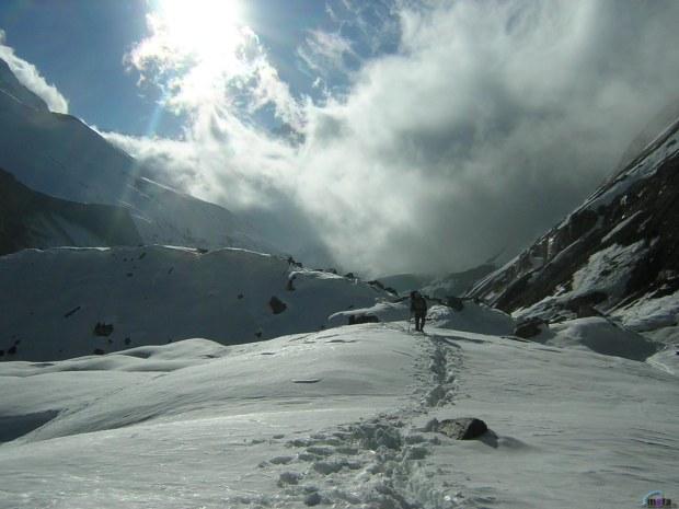 homem caminhando na neve
