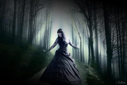 Mujer gótica en el bosque